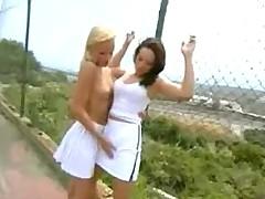 Nezhnye i romanticheskie lesbijskie oralnye laski na tennisnom korte