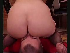 Рыжая тетка издевается над мужиком