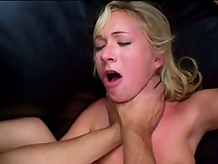 Блонда дает в попку на кожанном диване