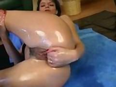 Damochka perehodit ot masturbacii k fistingu i ogromnym vibratoram