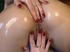 Дамочка переходит от мастурбации к фистингу и огромным вибраторам