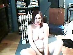 Пухленькая девченка мастурбирует перед камерой для друга