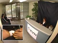 Японку-секретаршу трахают прямо при посетителях