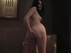 Сексуальная готша мастурбирует перед камерой