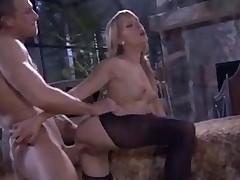 Фигуристая европейская порно моделька хорошо вертится на члене