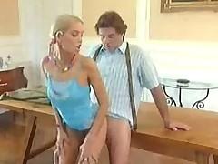 Junaja i hrupkaja devochka-blondinochka i staryj pohotlivyj razvratnik