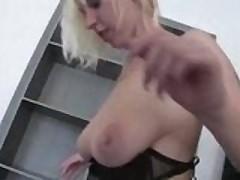 Блондиночка с висячей грудью ублажает своего нового приятеля