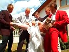 Свадебная фото-съемка переросла в групповую порку невесты