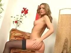 Glamurnaja modelka seksualno razdevaetsja na video-kameru