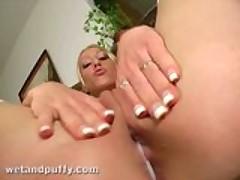 Krasotka blondinochka strastno masturbiruet svoju rozovuju kisku