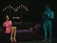 Дамочка и её попка без ума от латексных зеленых человечков