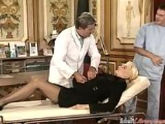 Ненасытную немецкую дамочку задолбили два бравых доктора