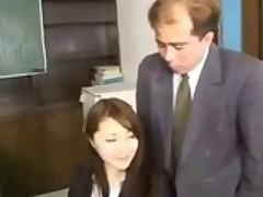 Staryj prepod-razvratnik sklonjaet svoju japonskuju studentochku