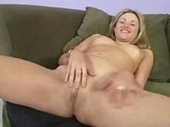 Молодая любительница секса обильно ссытся от жаркой порки