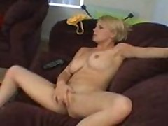 Molodenkaja blondinka strastno masturbiruet kisku do orgazma