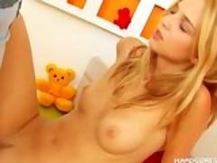 Молодую сексуальную блондиночку натягивает на член её бойфренд