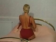 Зрелая британская мамашка раздевается и играет вибратором