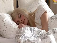 Молоденькая и сочная блондиночка Елена нежно ласкает свою киску