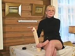 Зрелая домашняя дамочка любит фистинг и самотыки-монстры