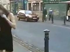 Молодые девчонки при людно обнажаются в публичных местах