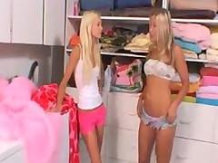 Seksapilnye blondinki-lesbijanki s mokrymi rozovymi kiskami