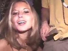 Podvypivshaja parochka smylas s vecherinki radi gorjachego seksa