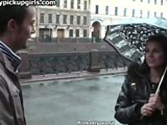 Simpatichnaja russkaja devushka otdaetsja v popku pervomu vstrechnomu