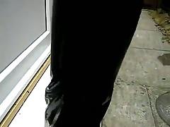 Большой зад в кожанных штанах