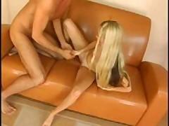 Молодая худенькая блондиночка с нежной и плотной розовой киской