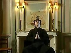 Католические монашки и священник пробуют запретный плод