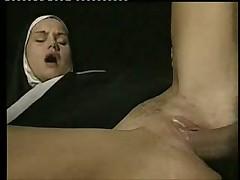 Глубоко заглатывает член и дает в киску