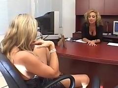 Зрелые офисные сучки вспомнили молодость уличных проституток
