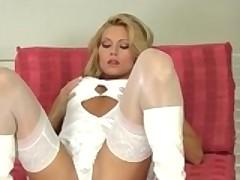Чешская порно модель Адриана Малкова мастурбирует на камеру