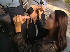 Знойная байкерша пиздой и попкой искупила нарушение перед законом