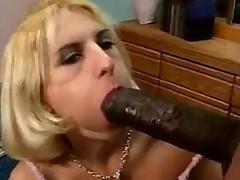 Зрелую худенькую блондинку натягивают на гигантский черный член