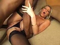 Blondinistoj porno-zvezde vgonjajut v popku tolstyj chernyj chlen