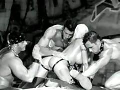 Жесткий и сочный групповой анальный секс в стиле садо-мазо