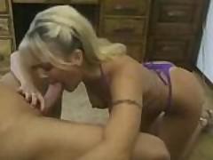 Зрелая блондинка порно-звезда отсосет для вас всё до капли
