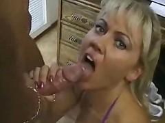 Zrelaja blondinka porno-zvezda otsoset dlja vas vsjo do kapli