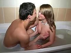 Молодая и оттого горячая парочка вовсю резвиться в ванной
