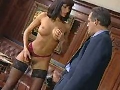 Seksapilnaja porno zvezda Anita Blond soblaznila svoego bossa