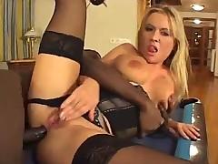 Горячая порно актриса подставляет свою попочку под крепкий член
