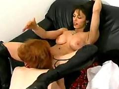 Staraja i molodaja lesbijanki ne gnushajutsja i horoshim analom s chlenom