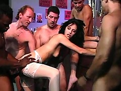 Смелая дамочка в чулочках ублажает банду изголодавшихся мужиков