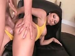 Grudastaja porno zvezda podstavljaet svojo zijajuwee analnoe duplo