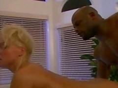 Porno zvezda Silvija Sajn podstavljaet popku pod ogromnyj her