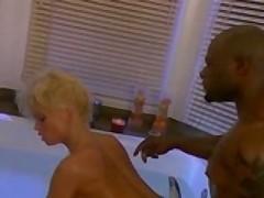 Порно звезда Сильвия Сайн подставляет попку под огромный хер