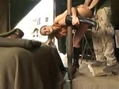 Грудастую сержантку порно звезду выебал в жопу сослуживец
