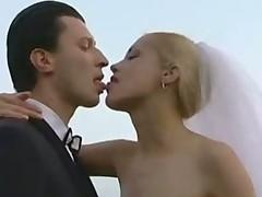 Молодую невесту жестко пустили покругу на свежем воздухе
