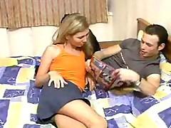 Русская молодая парочка страстно порется на большой кровати